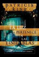 Luz Pertenece a Las Tinieblas, La (Light Belongs In The Darkness, The) Paperback
